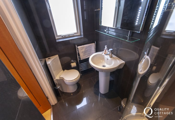 North Pembrokeshire holiday cottage - master en-suite shower