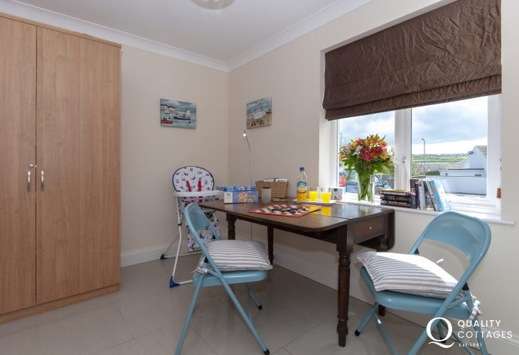 Trefin holiday cottage with wifi - quiet study room