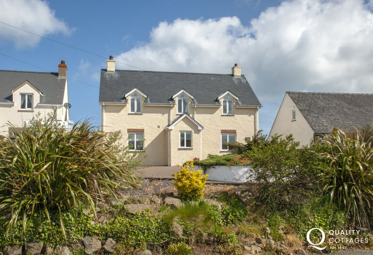 North Pembrokeshire coastal holiday home with sea views and enclosed gardens - pets welcome