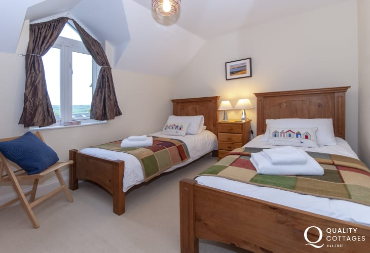 Trefin holiday cottage - twin bedroom
