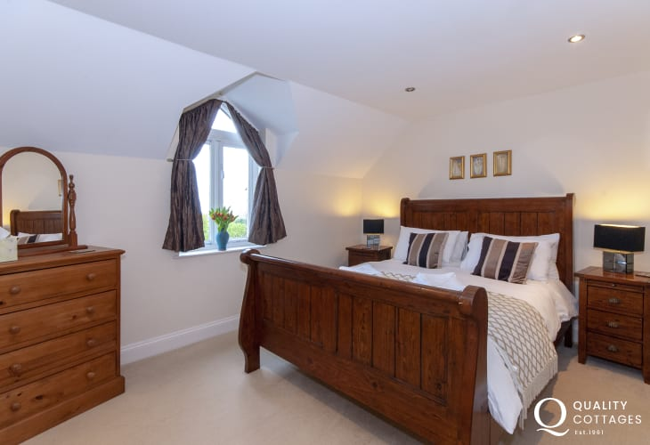 Abercastle holiday home sleeping 8 - en-suite king size master bedroom with coastal views