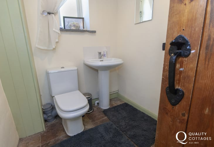 Pembrokeshire holiday cottage - cloakroom