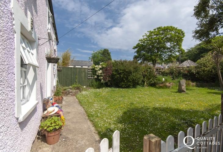 Spring Cottage North Pembrokeshire - enclosed front garden