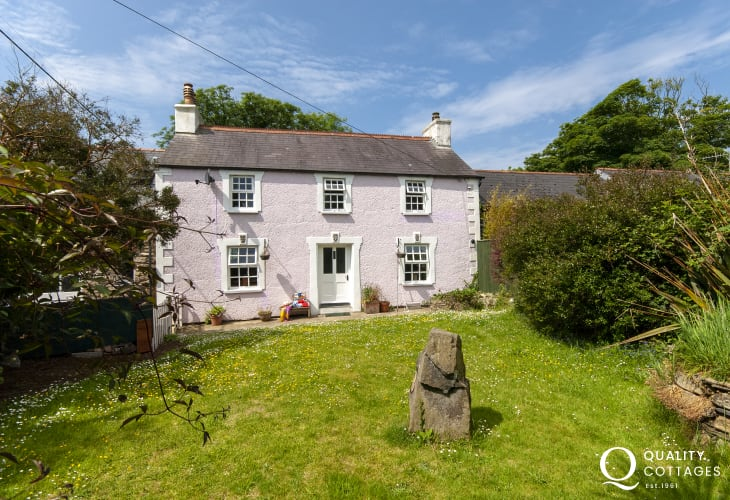 Aberbach - cosy holiday cottage with private enclosed gardens