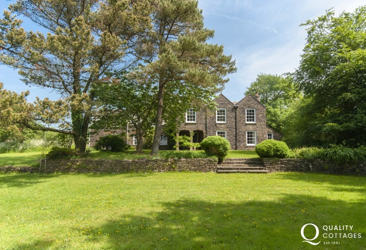 Lawrenny holiday home with large lawn gardens