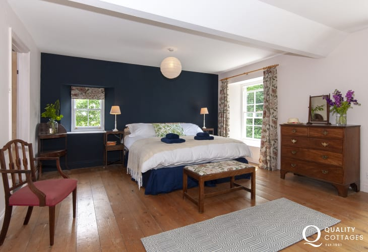Creswell Quay holiday home - master super king size bedroom with en-suite bath/shower