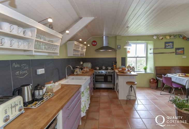 Self-catering Newgale - spacious cottage style kitchen/diner