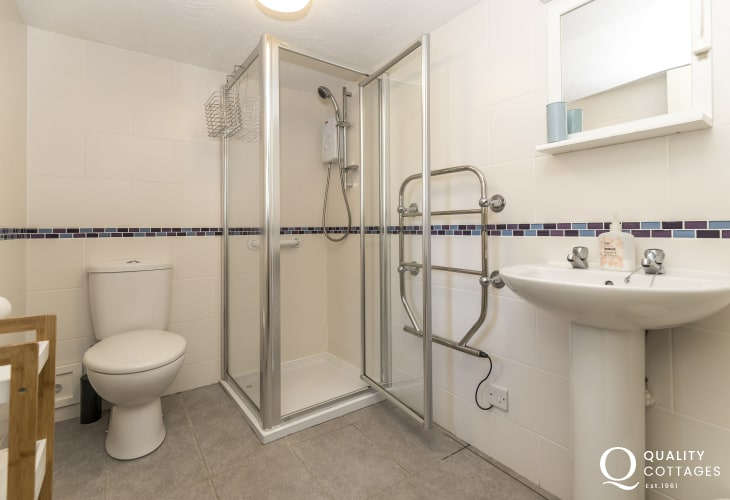 Gower holiday cottage sleeps 4 - shower room