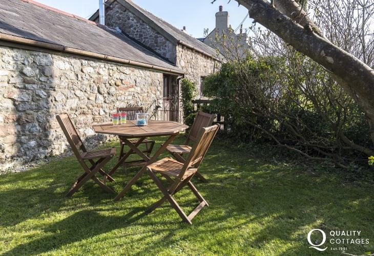 Enclosed garden, garden furniture and BBQ
