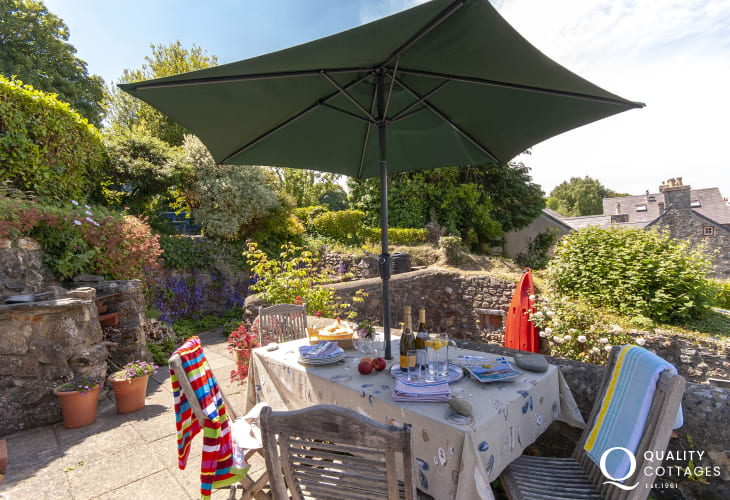 Holiday cottage near the sea Newport, North Pembrokeshire - terrace