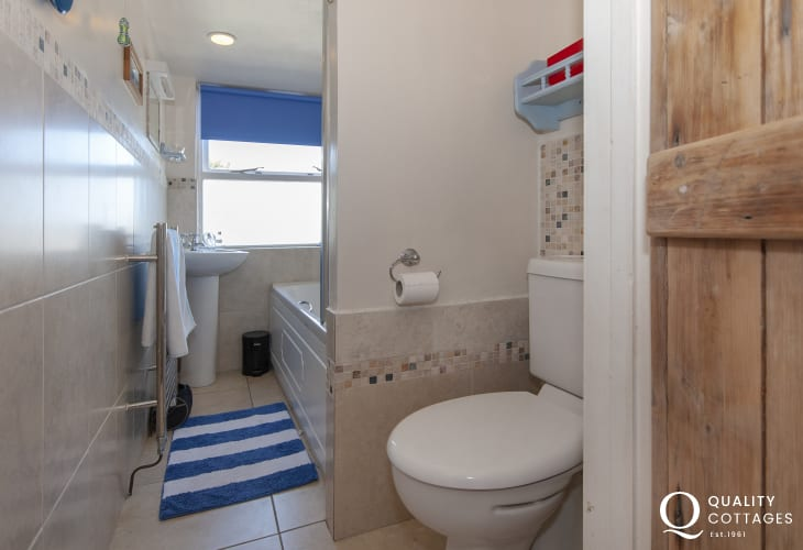 Newport holiday cottage - family bathroom with shower over bath