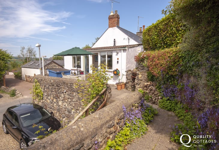 Newport, Pembrokeshire cosy holiday home with terrace gardens and a short walk from the Parrog Beach