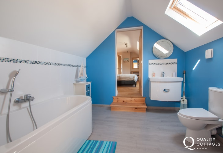 Five bedroom Anglesey holiday house in Four Mile Bridge - double and single 'Jack and Jill' style shared ensuite.
