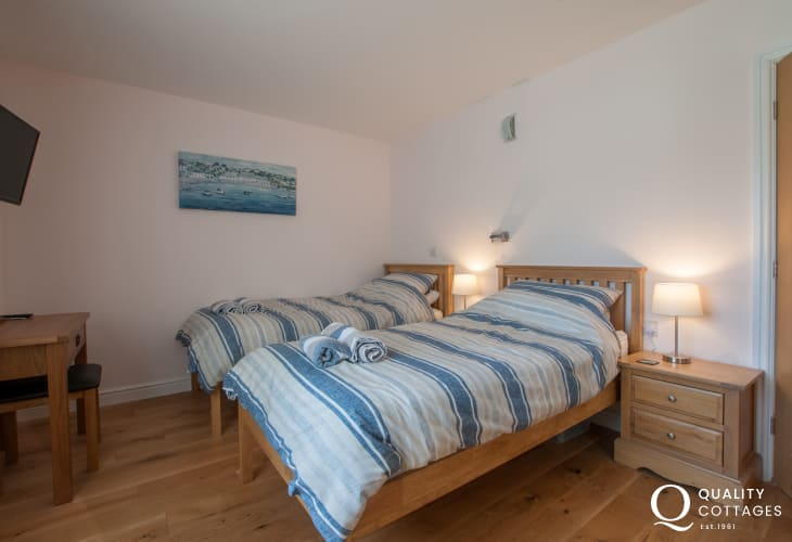 Anglesey waterfront holiday cottage in Four Mile Bridge - twin bedroom with ensuite on the ground floor.