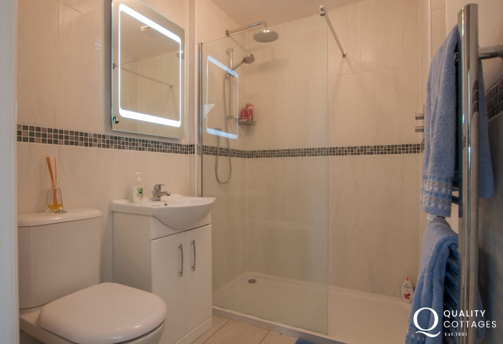 Coastal holiday cottage in Four Mile Bridge, Anglesey - twin bedroom ensuite with shower, WC and wash basin.