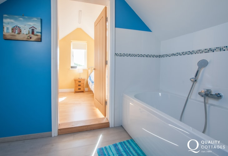 Anglesey coastal holiday house - double and single shared 'Jack and Jill' style ensuite with bath, WC and wash basin.