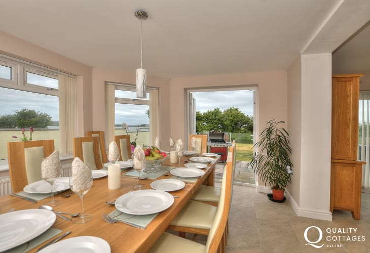 Large holiday cottage with sea views in Anglesey - dining room with sea views.