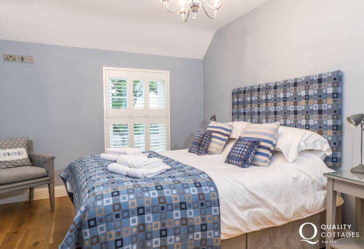 Large luxury holiday cottage sleeping 12 people in Newport, Pembrokeshire - Kingsize bed, chair and bedside tables with lamps