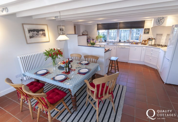 Self catering  cosy cottage near Whitesands - open plan kitchen/dining area