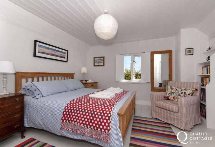 North Pembrokeshire holiday cottage sleeps 5 - king size master en-suite bedroom