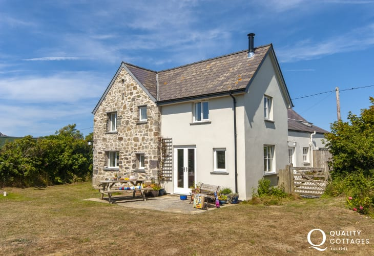 Restored Welsh cottage on the St Davids Peninsula above Whitesands Bay - pets welcome