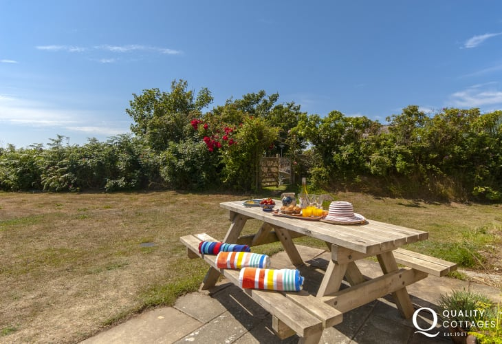 Pet friendly holiday cottage near Whitesands - enclosed garden