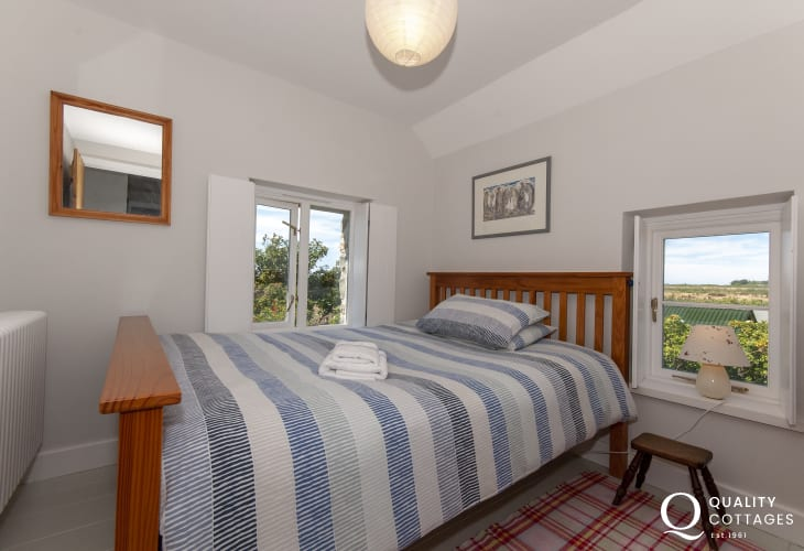 Pembrokeshire coastal cottage sleeps 5 - large single bedroom