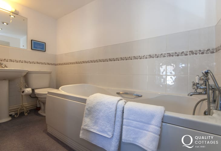 Trefin holiday cottage - en-suite bathroom