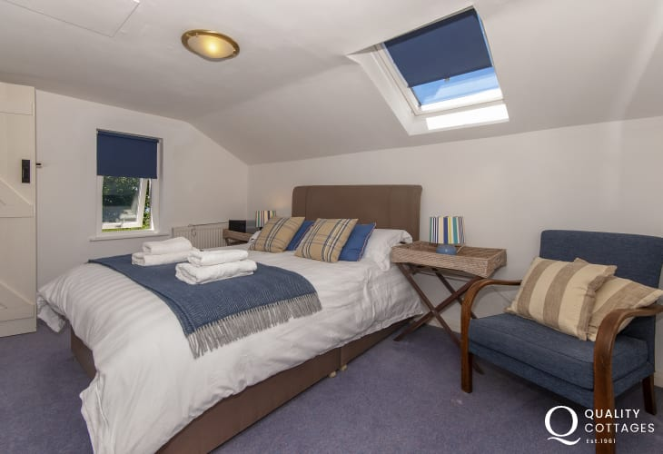 Abercastle holiday cottage - master en-suite king size bedroom with coastal views