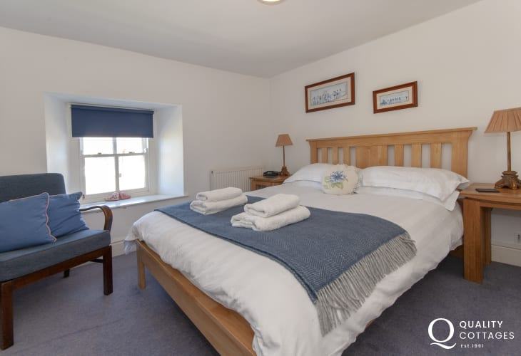 North Pembrokeshire cottage sleeps 7 - king size bedroom with en-suite bathroom