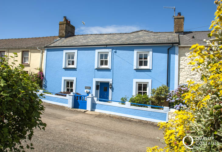 North Pembrokeshire coastal holiday cottage with enclosed gardens - pets welcome