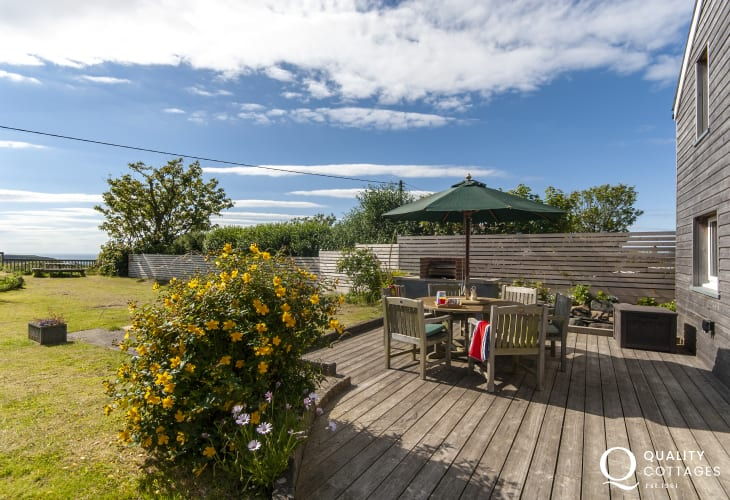 Coastal cottage Pembrokeshire - deck with lawn gardens and sea views