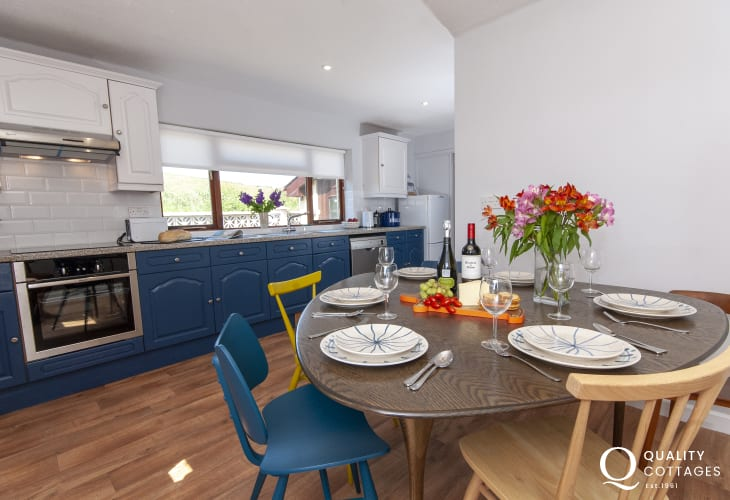 Newgale self-catering bungalow - kitchen/dining area