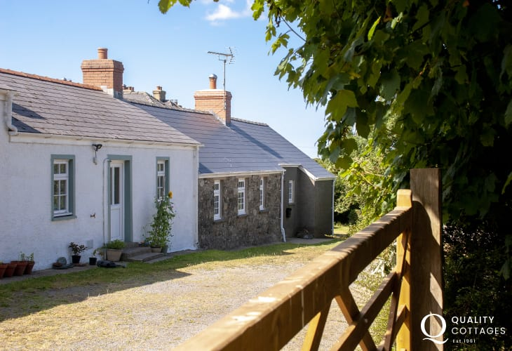 Traditional Pembrokeshire cottage in tranquil setting - dogs welcome