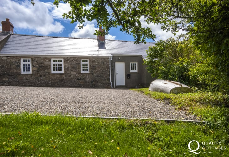 Porthgain, renovated Pembrokeshire holiday cottage in lovely tranquil location - dogs welcome
