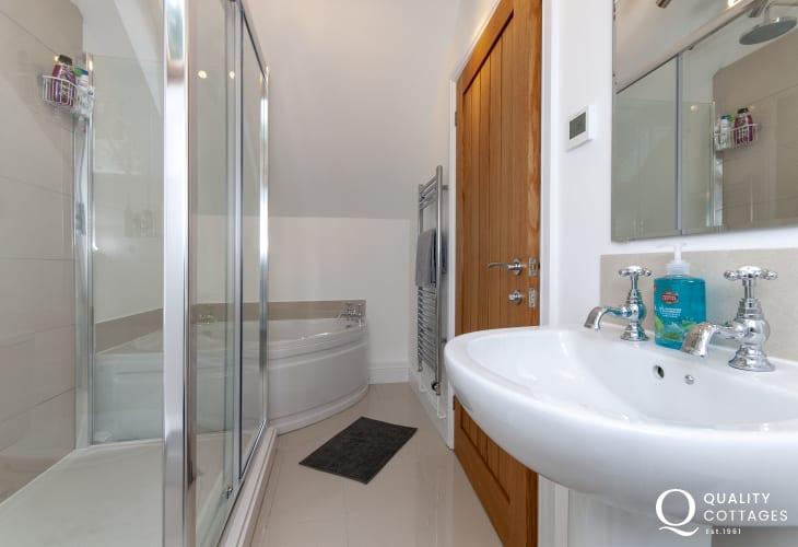 St Davids holiday cottage - master en-suite bathroom with separate shower