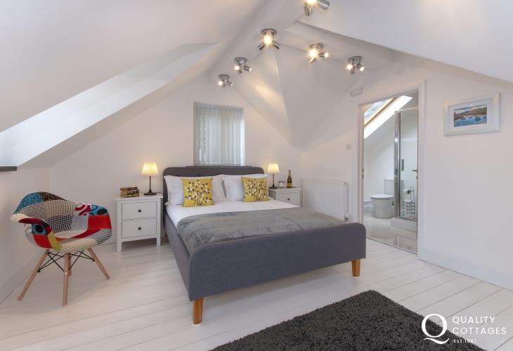 Pembrokeshire coastal cottage sleeps 6 - king size master en suite bedroom