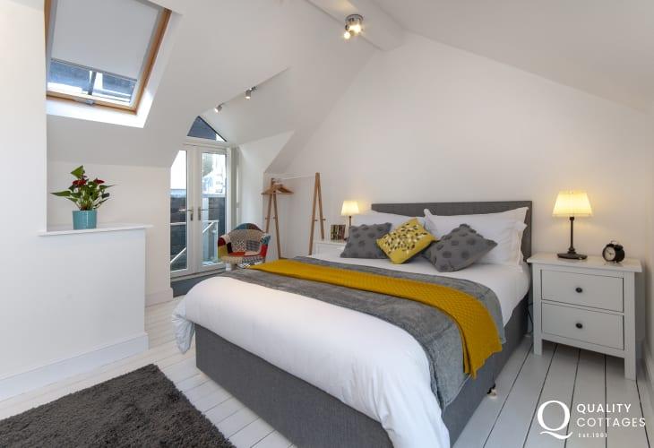 Solva Harbour holiday cottage sleeping 6 - kingsize bedroom