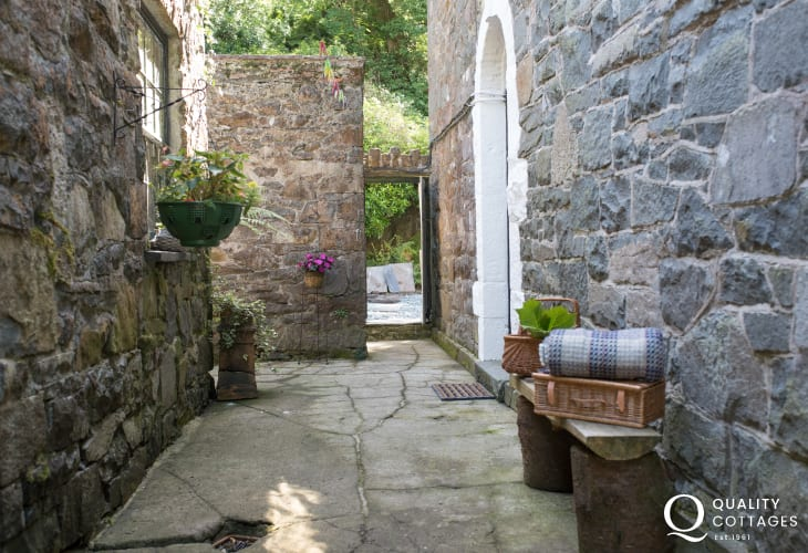Pet friendly Cwm Pennant holiday cottage - ext