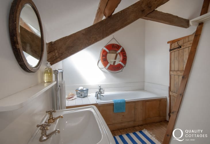Creswell Quay holiday cottage - master super king size bedroom with en-suite bathroom