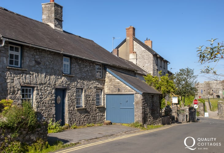 Carew Castle traditional Welsh stone cottage with enclosed rear gardens - pets welcome