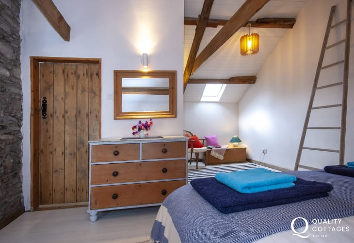 Creswell Quay holiday cottage - super king size bedroom with en-suite bathroom