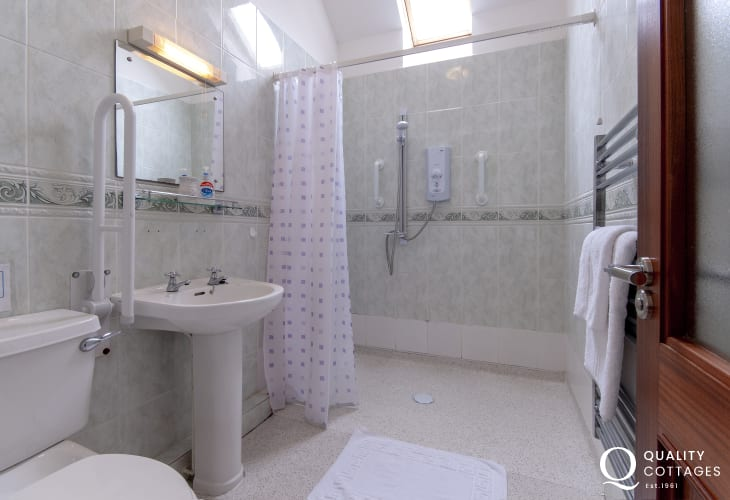 Solva holiday home - master ensuite wet room