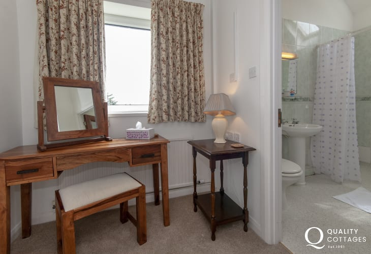 Solva holiday home - master en suite wet room