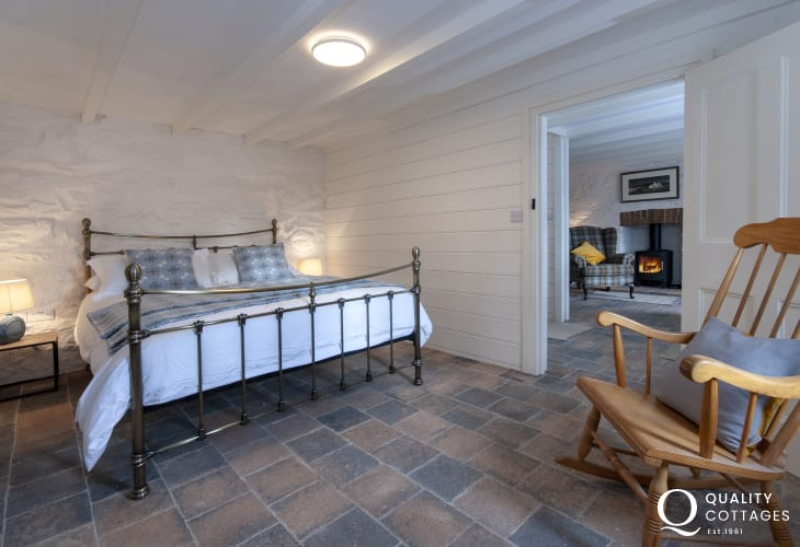 Holiday cottage near Porthgain - ground floor king size bedroom