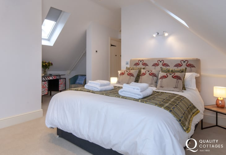 Coastal holiday cottage near St.David's city, Pembrokeshire - king size bed in en-suite double bedroom