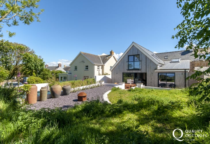 Pet friendly Abermawr holiday cottage with gardens and sea views
