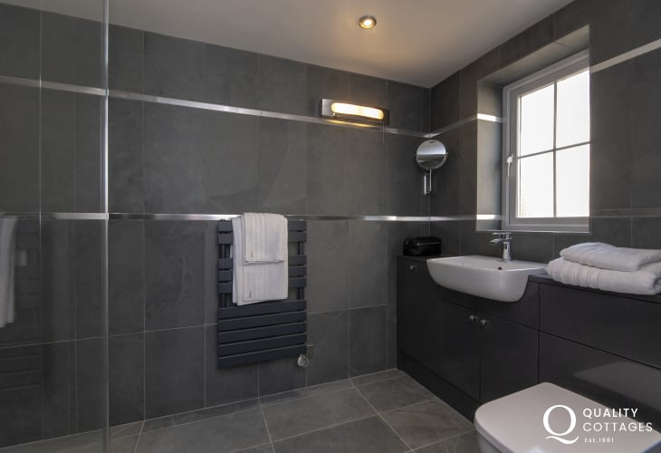 Pembrokeshire holiday cottage - ground floor wet room