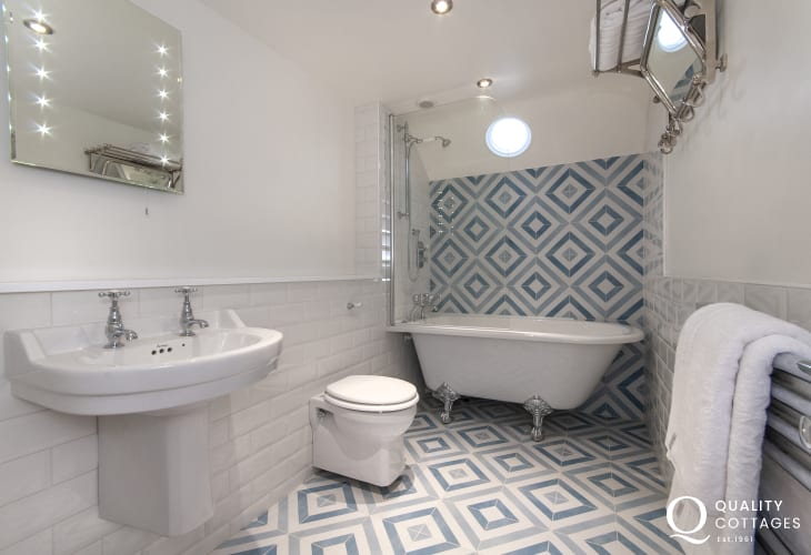 Trefin holiday cottage - family bathroom