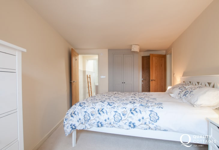 Anglesey holiday cottage sleeps 6 - ensuite king bedroom